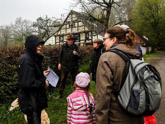 Der Exkursionsleiter zeigt den Teilnehmern ein Wald-Veilchen. - Foto: Kathy Büscher