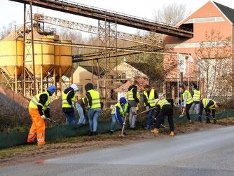 Aufbau des Zaunes in Möllenbeck am Kieswerk. - Foto: Kathy Büscher