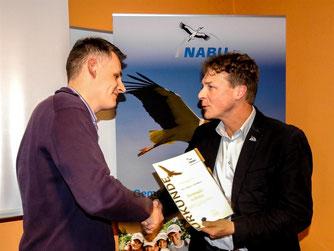 Dennis Dieckmann (links) wird von Dr. Holger Buschmann geehrt. - Foto: Kathy Büscher