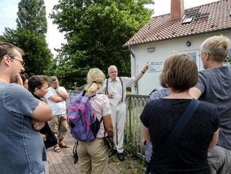 Dr. Eckhard Marx und die Zuhörer vor dem NUZ-Garten. - Foto: Kathy Büscher