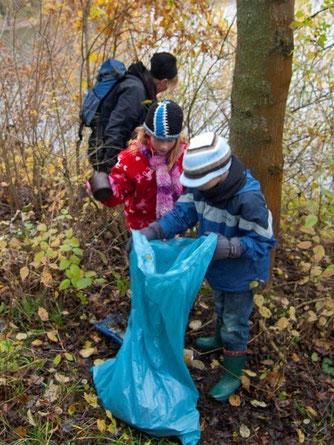 Die Kinder beim Müll sammeln. - Foto: Kathy Büscher