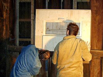 Ehrenamtliche beim Installieren eines Schleiereulenkastens. - Foto: Kathy Büscher
