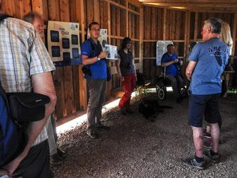 Die Besucher am Sonntag in der Hütte. - Foto: Kathy Büscher