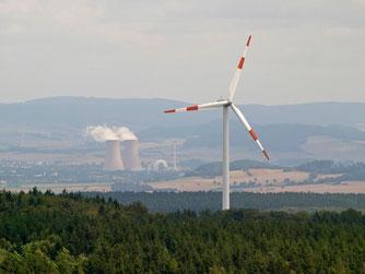 Windrad mit dem Atomkraftwerk Grohnde im Hintergrund. - Foto: Kathy Büscher