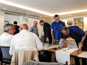 Gäste und Referenten im Saal des Hotels Stadt Kassel. - Foto: Kathy Büscher