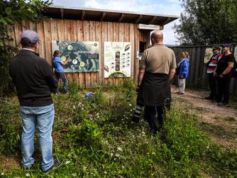 Vor der Beobachtungshütte erläutert Britta Raabe der Gruppe den Übersichtsplan. - Foto: Kathy Büscher