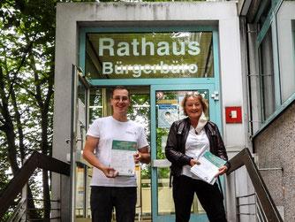 Uta Fahrenkamp und Dr. Nick Büscher mit den Unterschriftenlisten vor dem Bürgerbüro. - Foto: Kathy Büscher