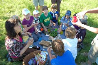Die NAJU beim Kräuter-Picknick auf der Streuobstwiese. - Foto: Dennis Dieckmann