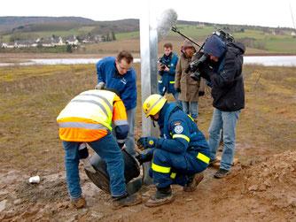 Nun muss der Mast mit Beton im Boden fixiert werden. - Foto: Kathy Büscher