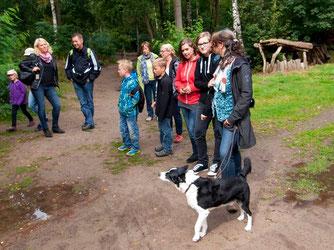 Die Gruppe wartet auf eine Führung. - Foto: Kathy Büscher