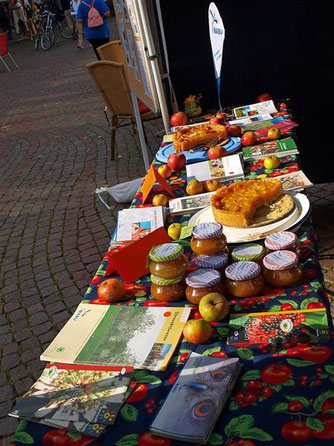 Ganz im Zeichen des Apfel - Der NABU-Stand. - Foto: Kathy Büscher