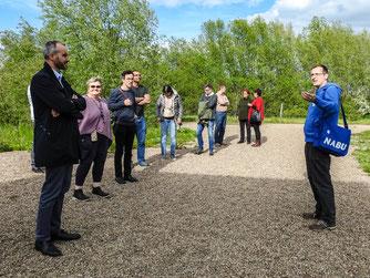 Dr. Nick Büscher mit der Gruppe am Aussichtsturm. - Foto: Kathy Büscher