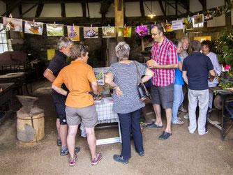 Peter Walter erklärt den Besuchern Wissenswertes über Hautflügler und Nisthilfen. - Foto: Kathy Büscher