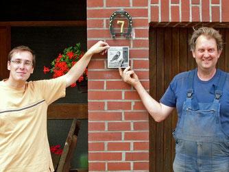 Nick Büscher und Eckhard Wessel mit der neuen Schleiereulenplakette. - Foto: NABU