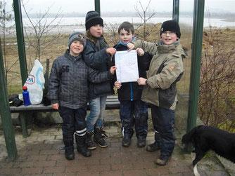 Am Ufer fand die NAJU eine echte Flaschenpost mit der Nachricht eines kleinen Mädchens aus dem Weserbergland. - Foto: Britta Raabe