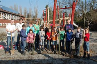 An einem der ersten schönen Frühjahrstage wurde mit dem Bau des Weidentippi auf dem Schulhof der Grundschule Exten begonnen. - Foto: Stephan Weichert