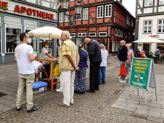 Auf dem Marktplatz werden Unterschriften für das Volksbegehren gesammelt. - Foto: Kathy Büscher