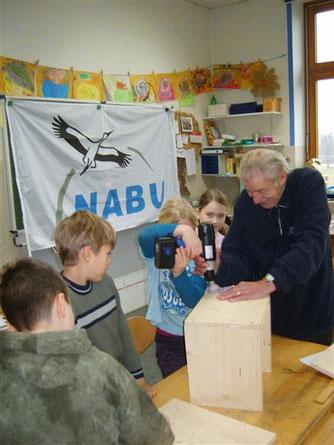 Igel-Aktion an der Grundschule Eisbergen im Dezember 2008. - Foto: Kathy Büscher