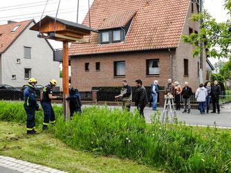 Das Schwalbenhaus wird befestigt. - Foto: Kathy Büscher