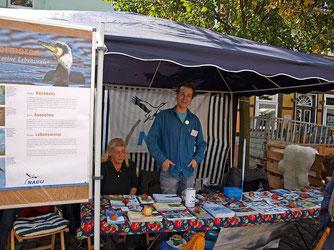 Info-Stand mit Kormoran-Tafel. - Foto: Kathy Büscher