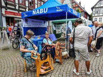 Infostand mit Spinnerei auf dem Rintelner Marktplatz. - Foto: Kathy Büscher