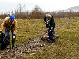 Ehrenamtliche sammeln Müll an der Weide am Stichweg. - Foto: Kathy Büscher