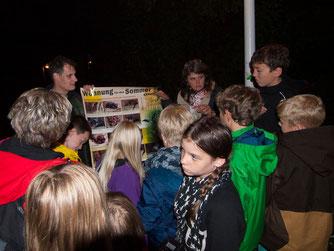 Dennis Dieckmann und Britta Raabe erklären Wissenwertes über Fledermäuse. - Foto: Kathy Büscher
