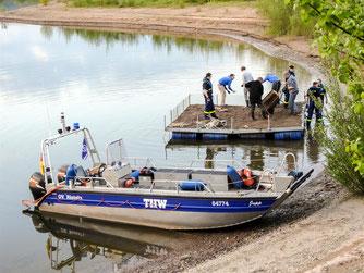 Mit dem Boot wurde das Floß später auf den See gezogen. - Foto: Kathy Büscher