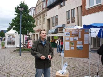 Die NABU-Gruppe Rinteln und die Grünen sammeln Unterschriften in der Rintelner Fußgängerzone gegen die Salzeinleitung. - Foto: Kathy Büscher
