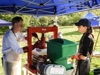 An der Obstpresse werden Äpfel zu Saft verarbeitet. - Foto: Kathy Büscher