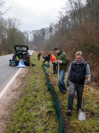 Einige Meter Zaun mussten aufgestellt werden. _ Foto: Kathy Büscher