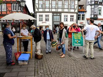Einer der Info- und Unterschriftensammelstände zum Volksbegehren. - Foto: Kathy Büscher