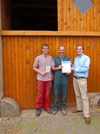 Familie Meier aus Engern erhält für ihr Engagement die Schwalbenplakette. - Foto: Kathy Büscher