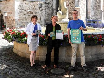 Beate Wittenberg, Uta Fahrenkamp und Nick Büscher (v.l.n.r. ) verkünden den Start des Volksbegehrens. - Foto: Kathy Büscher