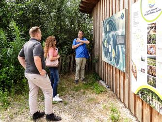 Die Gruppe vor der Beobachtungshütte. - Foto: Kathy Büscher