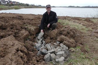 Bruno Scheel hat ein Winterquartier für Amphibien aus Kalksteinen geschaffen. - Foto: Jan Oldehus