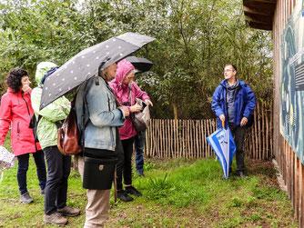 Die Exkursionsgruppe lässt sich von Dr. Nick Büscher die Auenlandschaft erklären. - Foto: Kathy Büscher