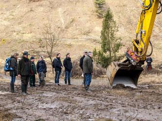Vor Ort konnten die Teilnehmer zuschauen, wie Tümpel ausgebaggert worden sind. - Foto: Kathy Büscher