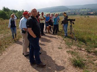 Thomas Brandt erläuert die Ziele der Beweidung und die Notwendigkeit der Gebietseinzäunung. - Foto: Kathy Büscher