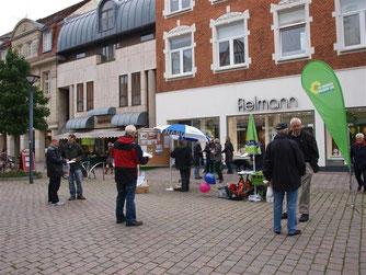 Info-Stand der Grünen und des NABU in der Fußgängerzone. - Foto: Kathy Büscher
