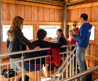 Dr. Nick Büscher mit Katja Keul und ihren Mitarbeitern im Beobachtungsturm. - Foto: Kathy Büscher