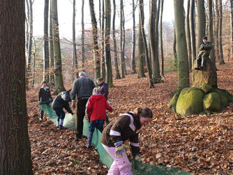 Naturschützer stellen Krötenzäune mit Schülern der Realschule auf. - Foto: Kathy Büscher