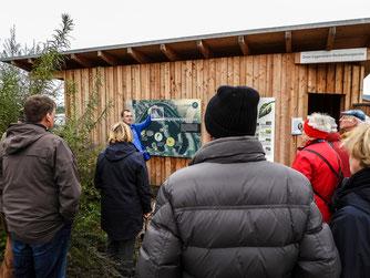 Dr. Büscher zeigt Bilder vom Abbauschiff. - Foto: Kathy Büscher