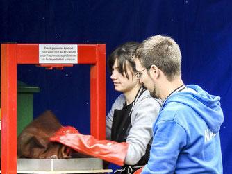 Die ehrenamtlichen Helfer an der Apfelpresse. - Foto: Kathy Büscher