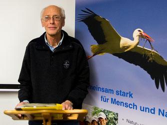 Referent Günther Röchter beleuchtet das Verhalten vom Menschen zu anderen Mitgeschöpfen. - Foto: Kathy Büscher