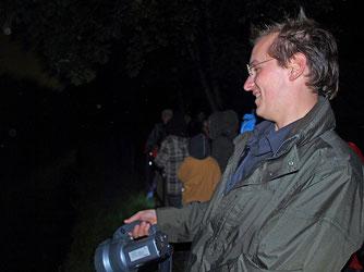 Mit der Taschenlampe wird die Wasseroberfläche nach Fledermäusen abgeleutet. - Foto: Kathy Büscher