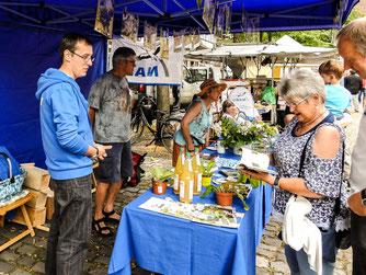 Die ehrenamtlichen auf dem Rintelner Bauernmarkt. - Foto: Kathy Büscher