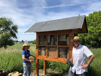 Anke Schurtzmann und Dieter Aßbrock befüllen das Insektenhotel. - Foto: Dr. Nick Büscher