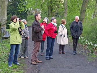 Eckhard Marx führte die Gruppe unter anderem durch den Blumenwall. - Foto: Kathy Büscher