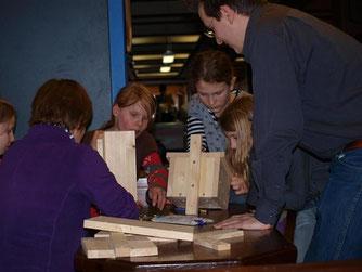 Die NABU-Gruppe Rinteln baute zusammen mit den Schülerinnen der Tierschutz-AG Nistkästen. - Foto: Kathy Büscher